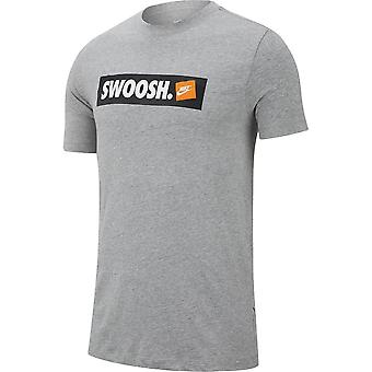 Nike SS M NSW tee swoosh Bmpr STKR Athletic AR5027063 universaali koko vuoden Miesten t-paita