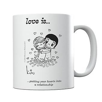 Kærlighed er at sætte dine hjerter i et forhold krus