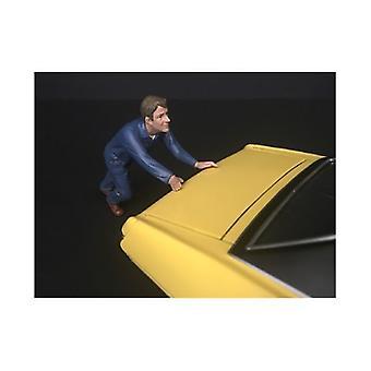 Mécanicien Darwin poussant une figurine de voiture pour 1/18 modèles à l'échelle par Diorama américain