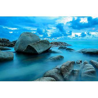 Parede mural ondas marítimas chicote em direção a rochas costeiras