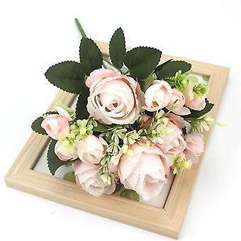Joukko kauniita keinotekoisia näädän ruusuja silkkikukkia