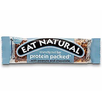 ピーナッツ ・ チョコレートと天然グルテン無料蛋白質棒を食べる