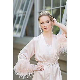 Robe pleine de satin blush avec coupe de plumes andâ ceinture de satin pour correspondre