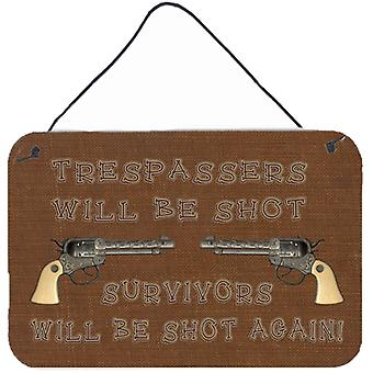 Tresspassers wird erschossen, Wand oder Tür hängen Drucke