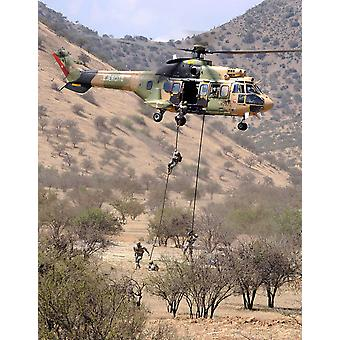 hilean כוחות מיוחדים לבצע הפגנה תקיפה אווירית באזור האימונים שלהם בקולינה צ'ילה פוסטר הדפסה על ידי תמונות Stocktrek