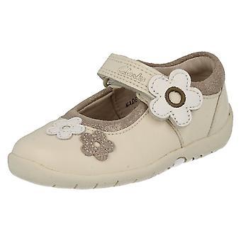 Tytöt Clarks kengät kanssa kukka yksityiskohta hiljaa karkkia
