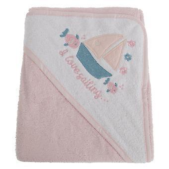 フード付きのタオルをセーリング赤ちゃん女の赤ちゃんを抱っこ
