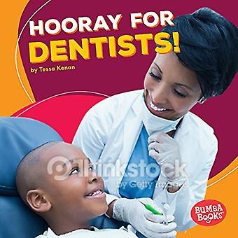 ¡Hurra por los dentistas! (Bumba libros ¡Hurra por ayudantes de la comunidad!)