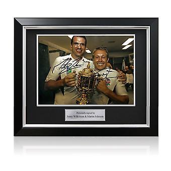 جوني ويلكنسون ومارتن جونسون وقعت 2003 صور كأس العالم للرجبي. ديلوكس مؤطرة (كبير)