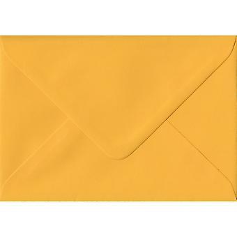 Goudgeel gegomd C7/A7 gekleurde gele enveloppen. 100gsm FSC duurzaam papier. 82 mm x 113 mm. bankier stijl envelop.