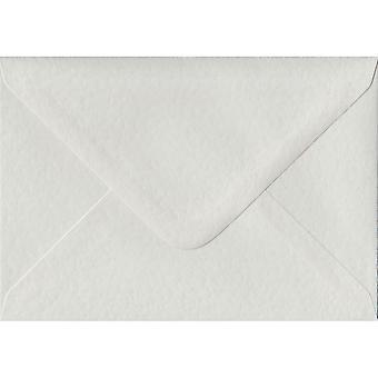 Witte hamer gegomd A5 gekleurde witte enveloppen. 100gsm FSC duurzaam papier. 152 mm x 216 mm. bankier stijl envelop.