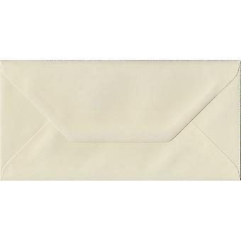 Elfenben lagt gummieret DL farvede elfenben konvolutter. 100gsm FSC bæredygtig papir. 110 mm x 220 mm. bankmand stil kuvert.