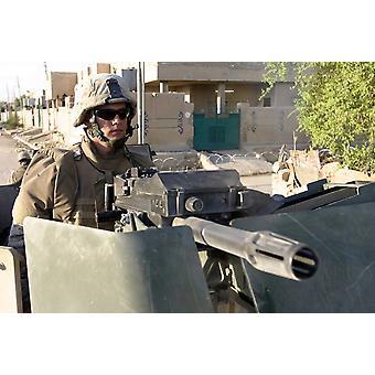 Эль-Фаллуджи Ирака 17 сентября 2005 года - пулеметчик Ман его автоматический гранатомет МК-19 при обеспечении безопасности для коллег пехотинцев, патрулирование улиц города Плакат Печать