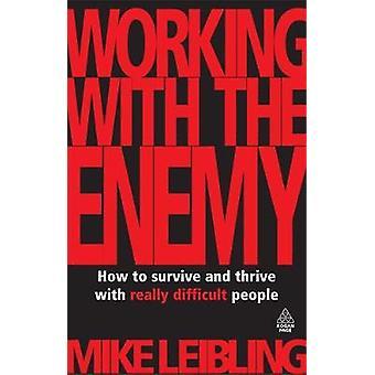 Arbeta med fienden hur att överleva och frodas verkligen svåra människor av Leibling & Mike