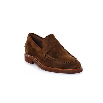 Frau bever spelt schoenen