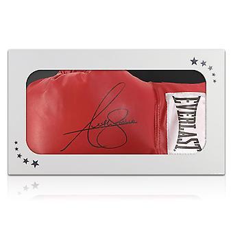 Anthony Joshua allekirjoitti Red Boxing Hanskan. Lahjalaatikossa