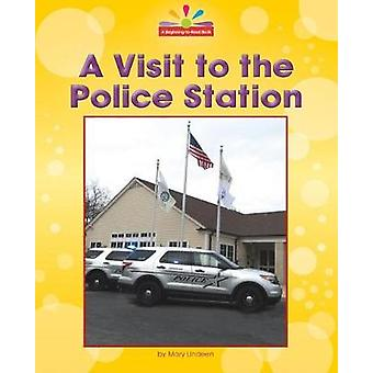 A Visit to the Police Station by Mary Lindeen - 9781684041671 Book