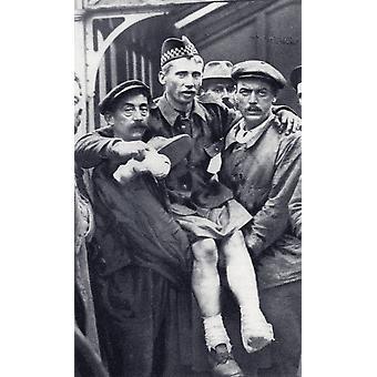 Dragere i Boulogne Frankrig transporterer en skotte soldat, der har været såret i begge fødder under første verdenskrig fra illustreret krigen nyheder offentliggjort 1914 PosterPrint