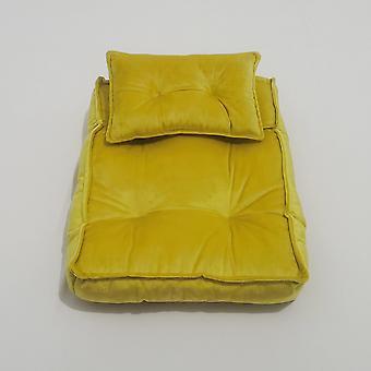 Minipatja poseeraa tyynyliinatarvikkeet