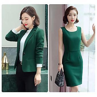 Elegantná obchodná kancelária - formálne šaty, oblečenie, sako obleky