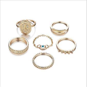 Een set bohemien gouden ringen á 6 stk. Verschillende geometrische vormen