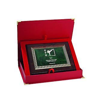 Diploma plástico com uma gravura em uma placa de ouro + armário