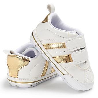 حذاء سرير الصبي. أحذية رياضية جلدية ووكر