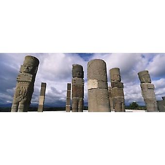 ウエスト像寺のケツァルコアトル トゥーラ イダルゴ州メキシコ ポスター印刷の彫像上の雲の低角度のビュー