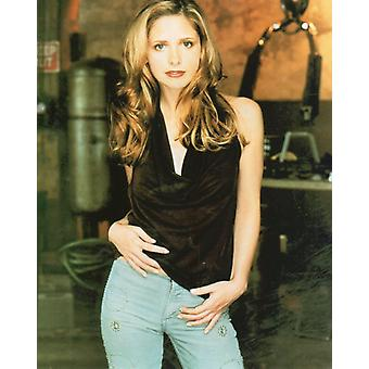 Sarah Michelle Geller Photo - Posing on the set of Buffy the Vampire Slayer (8 x 10)