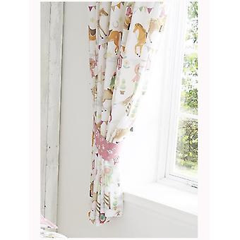 Exposição do cavalo alinhado cortinas