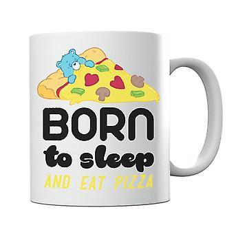 Hoito kantaa nukkumaan syntynyttä bedtime-karhua ja syö pizzamukia