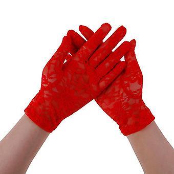 Femme conduisant des gants de crème solaire en dentelle mince