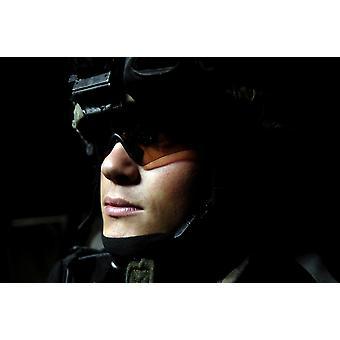 10 aprile 2007 - specialista dell'esercito americano attende prima di smontare dal suo veicolo di combattimento Stryker durante un piombo pattuglia congiunta da parte dell'esercito iracheno a Baghdad Iraq Poster stampa