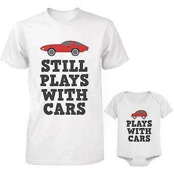 يلعب مع أبي السيارات وقميص بيبي مطابقة وملامستهما