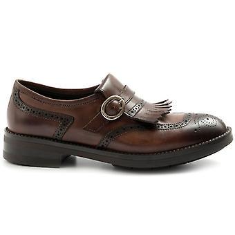 Παπούτσια με fringe και πόρπη John λευκό δέρμα σκούρο κεφάλι