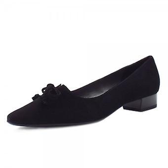 وأشار بيتر كايزر ليزي حذاء كعب منخفض في جلد الغزال الأسود