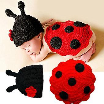 Vastasyntyneet vauvan söpö hyönteiset neulovat virkattuja vaatteita