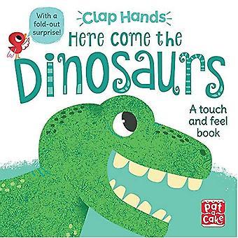 Mãos de gonorreia: Aí vêm os dinossauros: um livro de placa de toque e sensação com uma surpresa desdobrável - mãos Clap