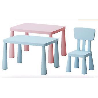 研究デスクとプラスチック製の椅子