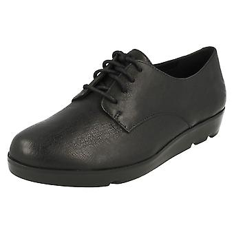 Mesdames Clarks léger Lace Up chaussures Evie Bow