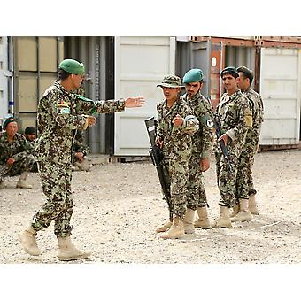 En afghansk nationell armé instruktör instruerar junior afghanska soldater affisch Skriv