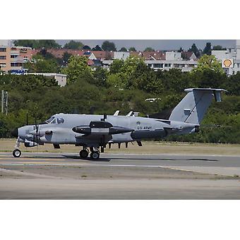 Um avião de RC-12 X SIGINT espião do exército dos EUA taxiando na pista em Wiesbaden, Alemanha Poster Print