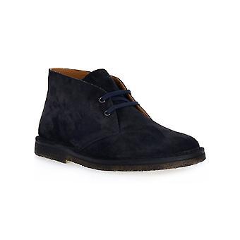 Frau get blue shoes