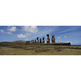 Niedrigen Winkel Ansicht der Moai Statuen in Folge Tahai archäologische Seite Rano Raraku Osterinsel Chile Poster Print
