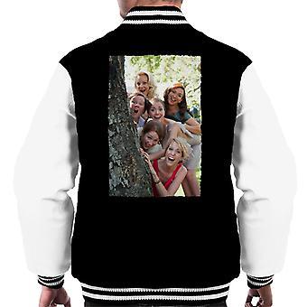 Brudtärnor Brudsvit parti runt träd män & apos; s Varsity Jacket