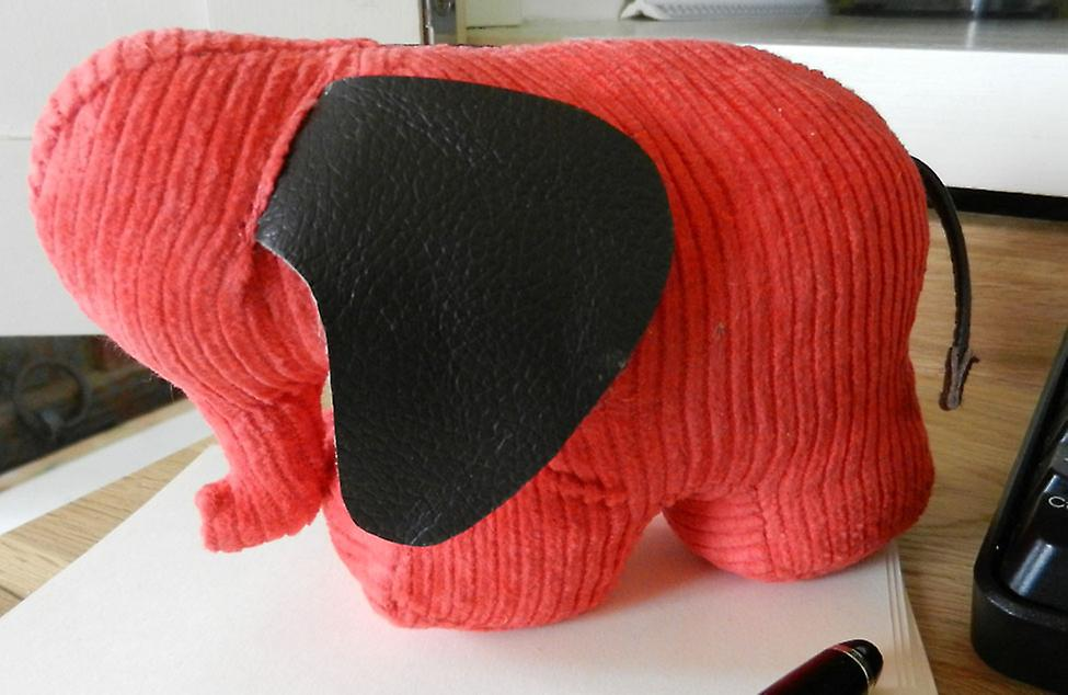 Rote Schnur Jumbo Elefant Briefbeschwerer von Monica Richards