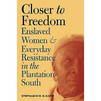 Tættere på frihed slaveri kvinder og hverdagens modstand i plantagen syd ved Stephanie M H Camp