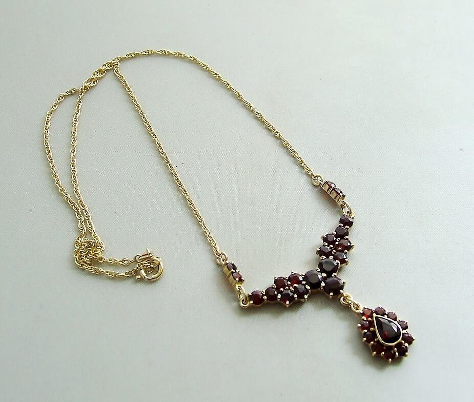 Yellow gold necklace with Garnet