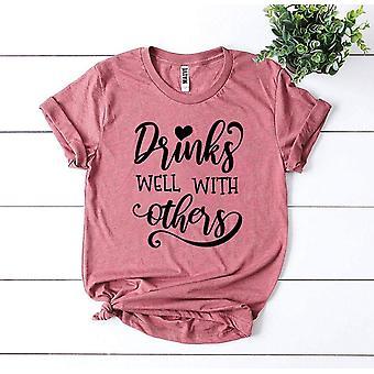 مشروبات جيدة مع الآخرين تي شيرت