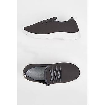 נעלי ספורט אפורות לגברים